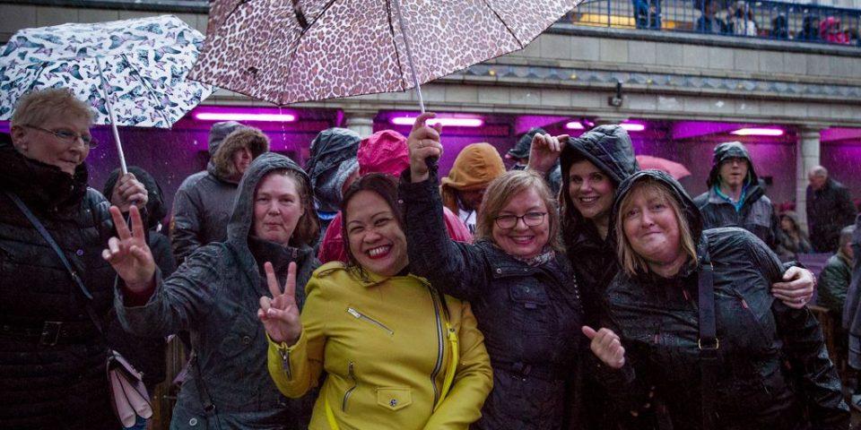 80s crowd rain